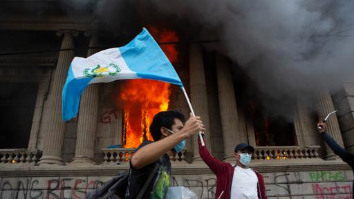 Guatemala: Demonstranten fackeln das Parlament ab